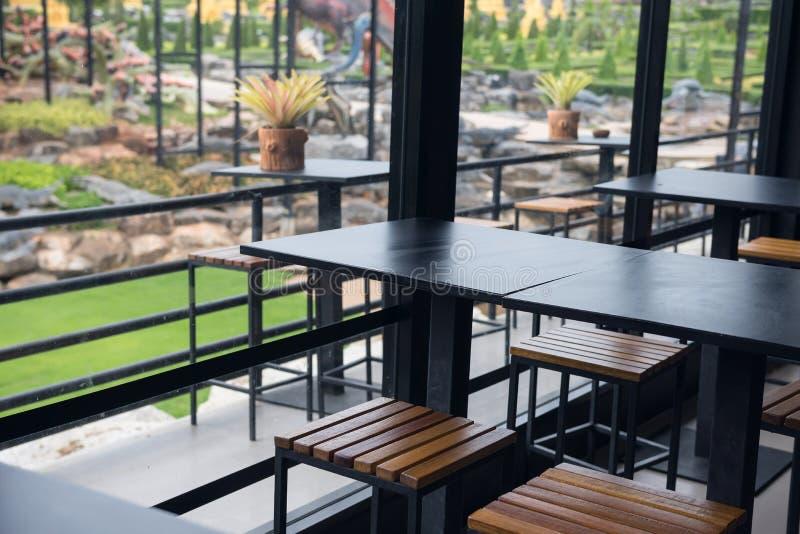 室内和室外餐馆桌 免版税库存照片
