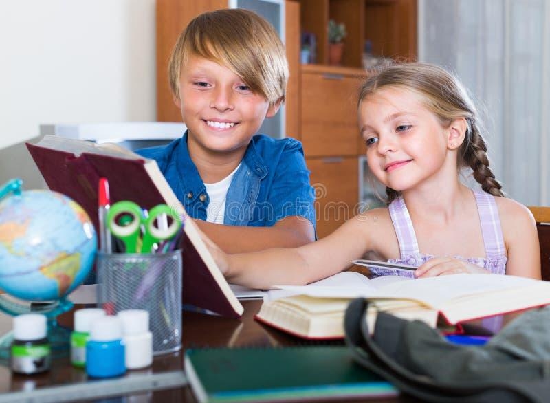 室内微笑的孩子阅读书 库存照片