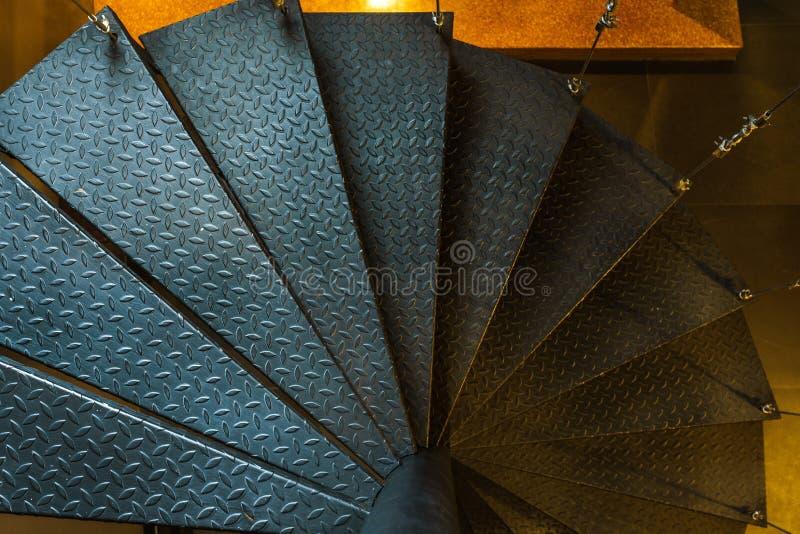 室内暂停的钢螺旋形楼梯 免版税库存图片
