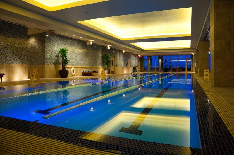 室内游泳池游泳 库存图片