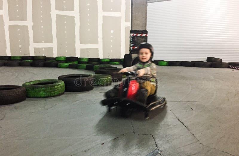 室内用车运送的男孩行动迷离 免版税库存照片