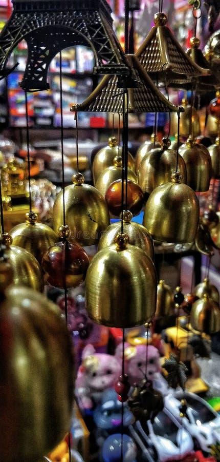 室内装饰响铃在市场上 免版税库存图片