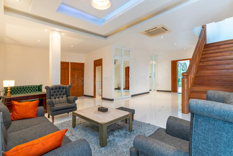 室内设计在有沙发或长沙发的客厅 库存图片