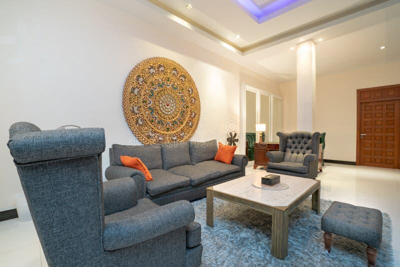 室内设计在有沙发或长沙发的客厅 免版税图库摄影