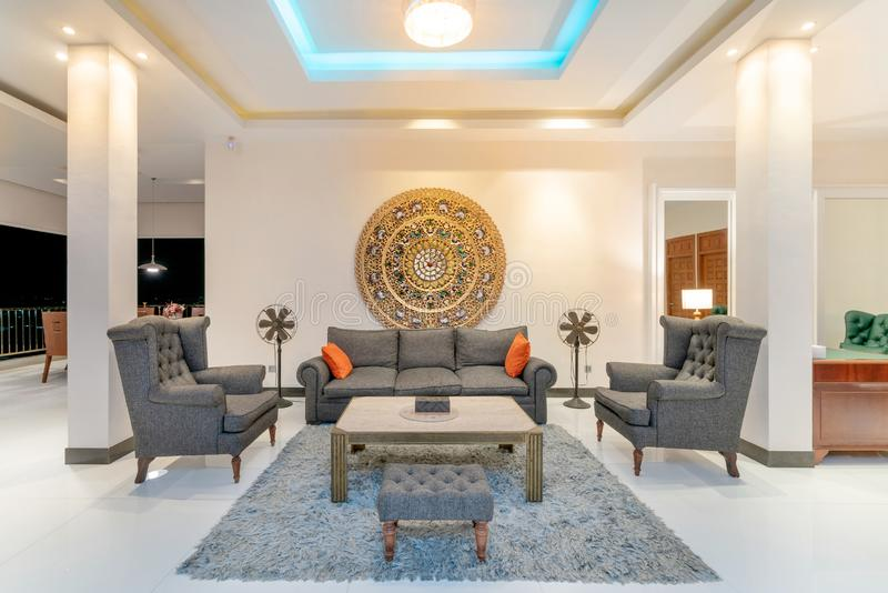 室内设计在有沙发或长沙发的客厅 免版税库存图片