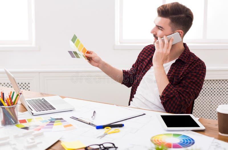 室内设计师与调色板一起使用 免版税库存图片