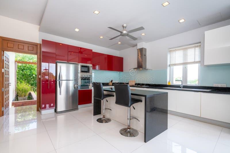 室内设计水池别墅在厨房区域特点海岛柜台 免版税库存图片