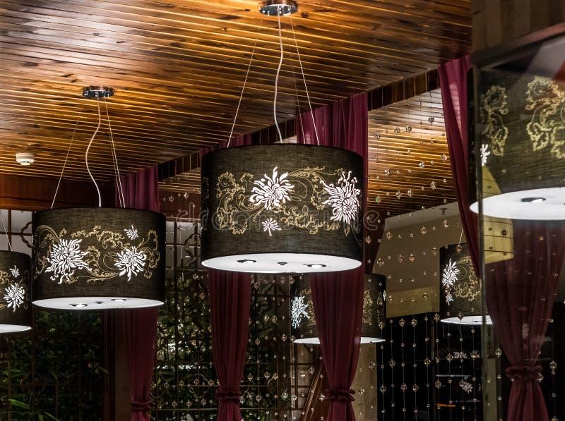 室内设计的垂悬的电子灯 免版税库存照片