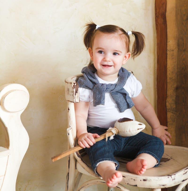 室内这一个岁女婴的画象 免版税库存照片