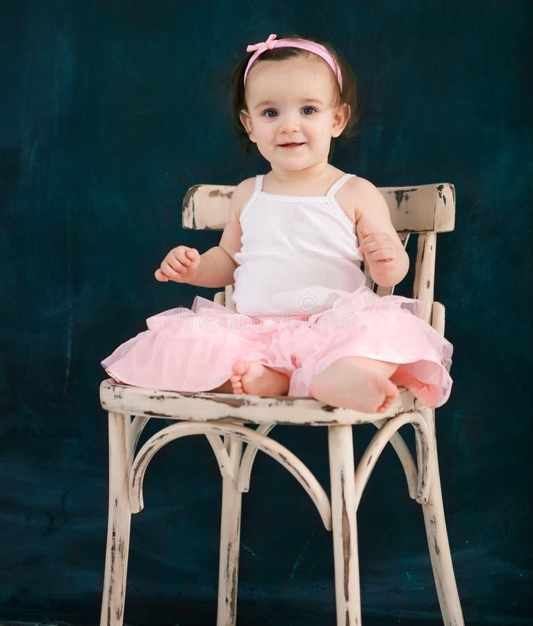 室内这一套岁婴孩佩带的芭蕾衣服的画象 免版税库存图片