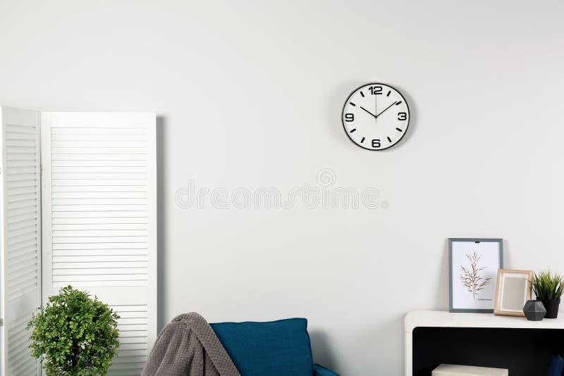 室内部与在墙壁上的时钟 免版税库存照片