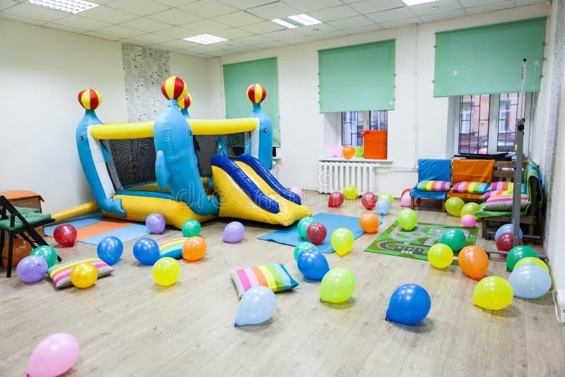 室内部有一张可膨胀的绷床的儿童生日或党的 免版税库存图片