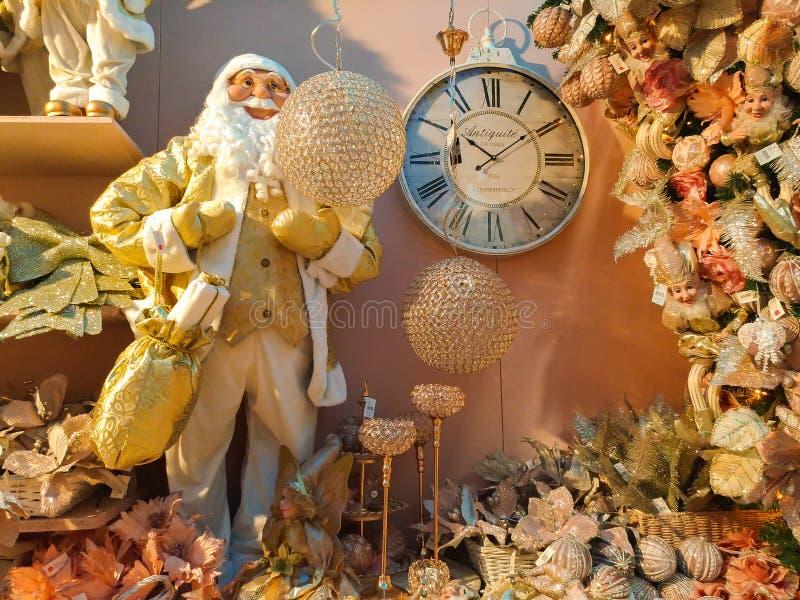 室内Sant `的Elpidio美丽的圣诞节商店与圣诞老人、时钟和其他deocrations的一匹母马 库存图片