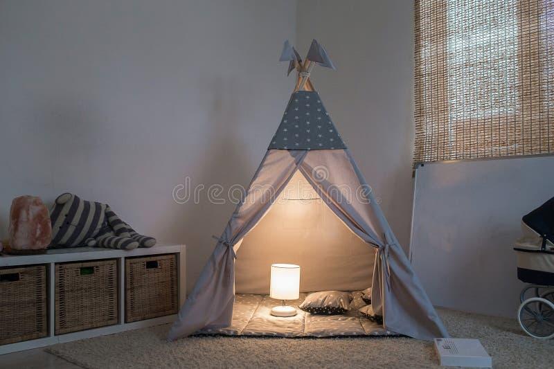 室在有圆锥形帐蓬的房子里 库存图片