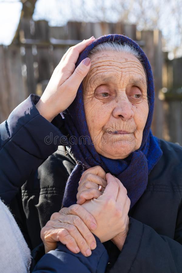 室外一名年长的妇女的画象 免版税库存图片