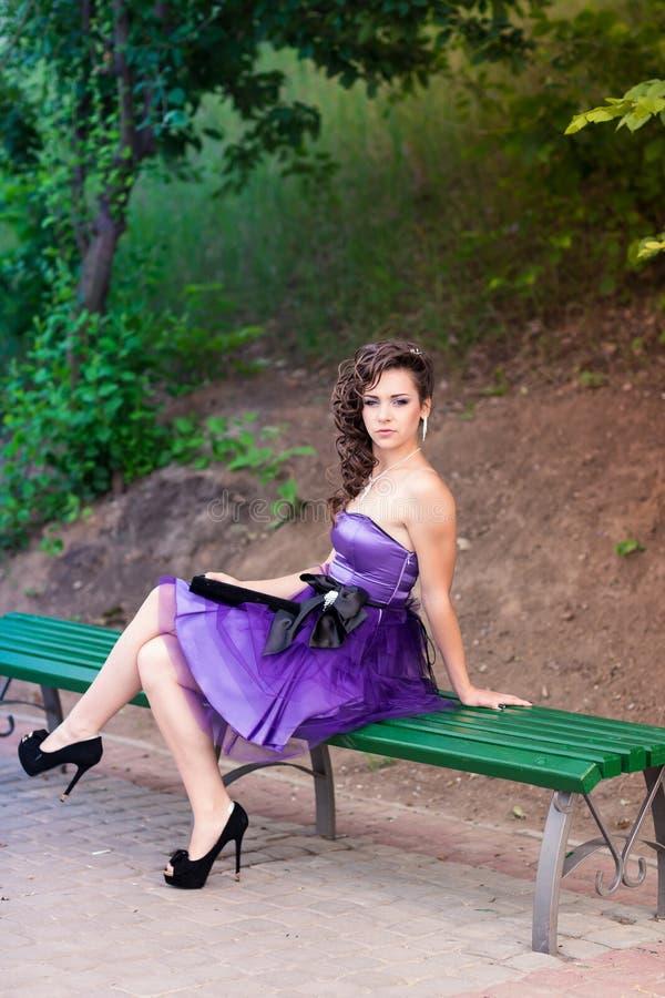 室外一件美丽的礼服的美丽的女孩 免版税库存图片