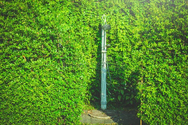 室外不锈的阵雨围拢与作为的绿色树在游泳场的浴在戏剧前和游泳 免版税库存图片