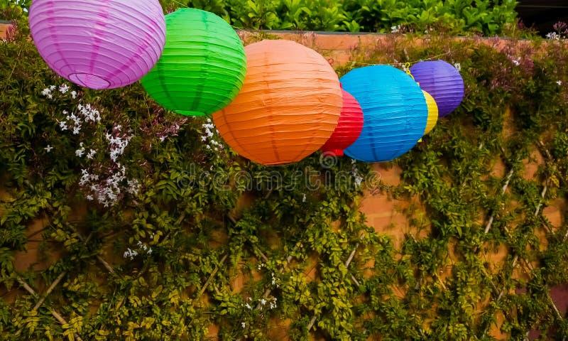 室外五颜六色的中国的灯笼垂悬在游园会或 免版税库存照片