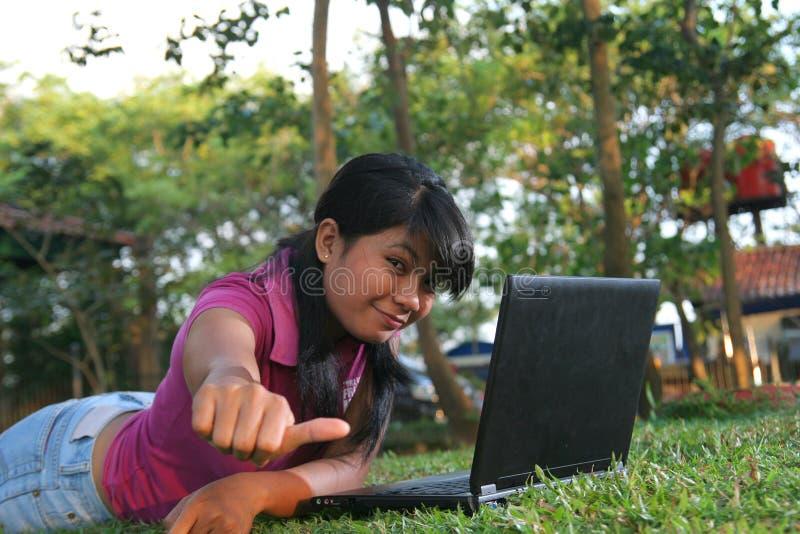 室外亚洲女孩的膝上型计算机 库存图片