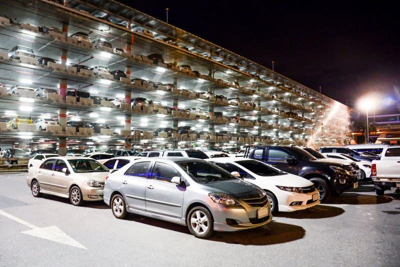 室外停车场被巩固的停车场在晚上 所有商标去除了 库存图片