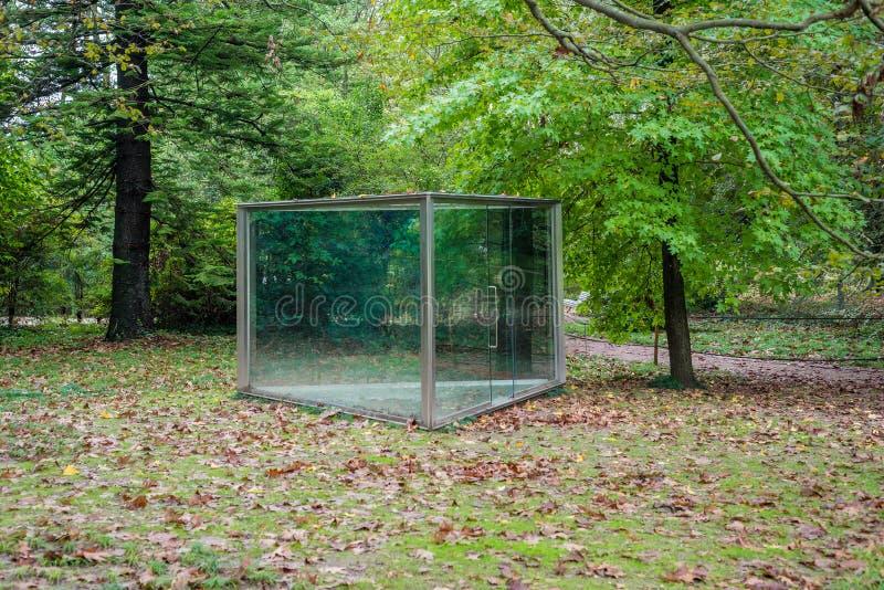 室外公园玻璃温室亭子凹室撤退房子 免版税库存照片
