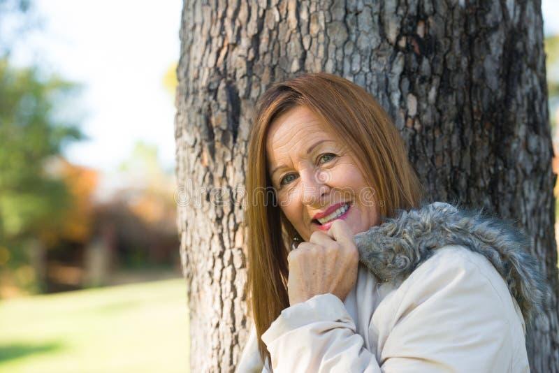 室外友好的成熟妇女冬天的jackte 免版税库存照片
