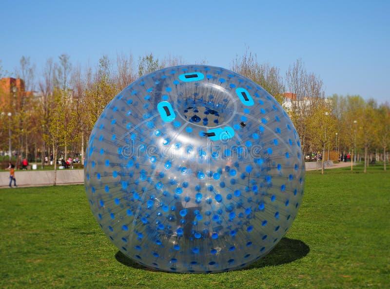 室外可膨胀的比赛的一个巨型泡影气球与在它里面的一个人,zorbing 免版税图库摄影