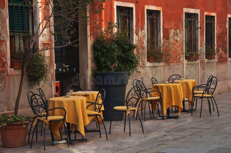 室外咖啡馆在老镇 免版税库存照片