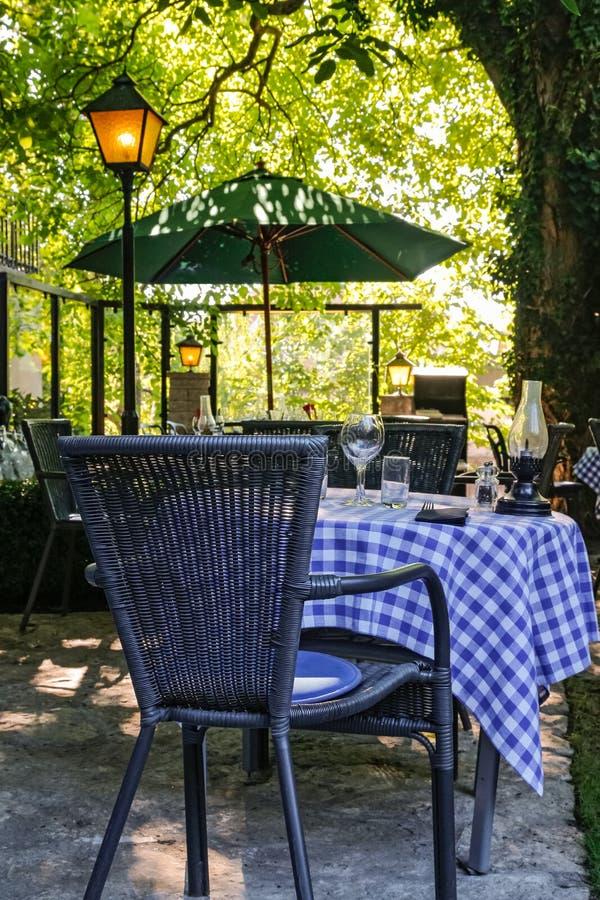 室外咖啡馆在阳光下 免版税库存图片