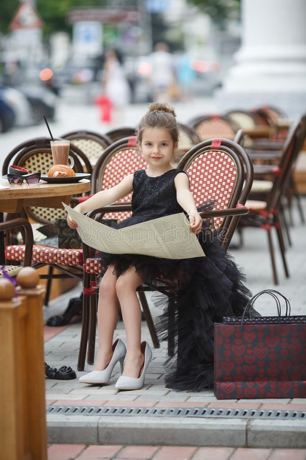 室外咖啡馆的女孩在温暖的夏日 库存图片