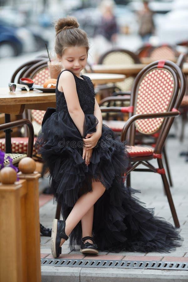 室外咖啡馆的女孩在温暖的夏日 图库摄影