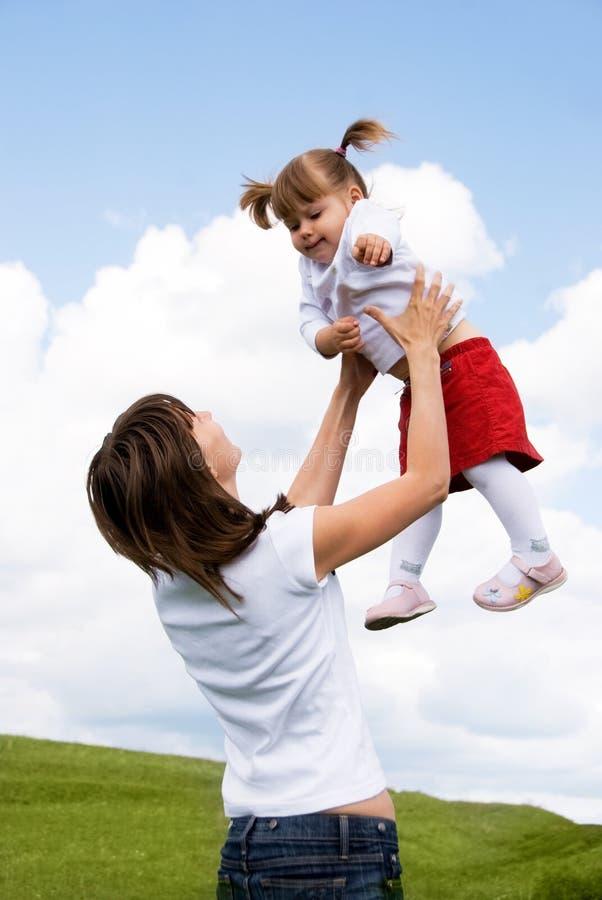 室外女儿的母亲 免版税库存图片