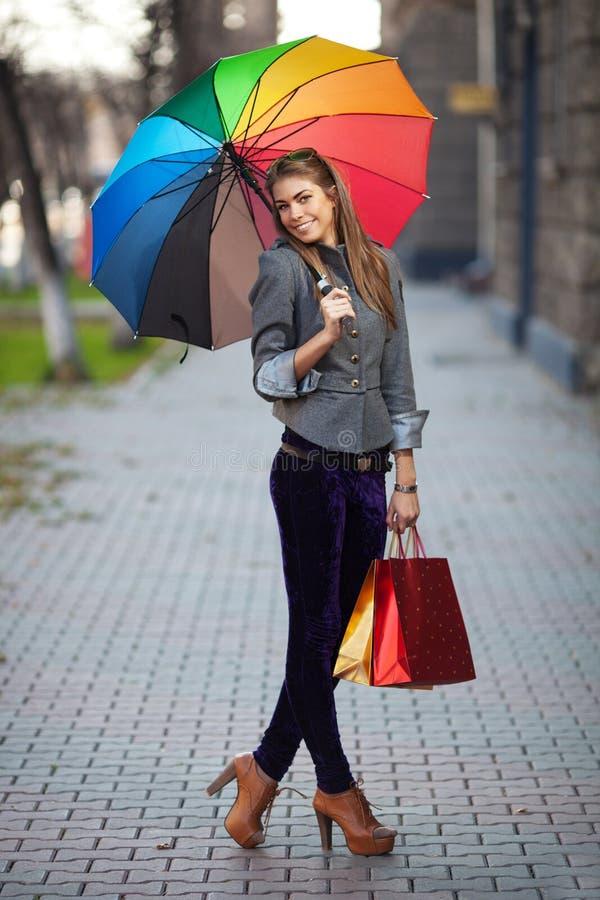 Download 室外妇女运载的购物袋 库存图片. 图片 包括有 消费者至上主义, 女孩, 巴哈马群岛的, 运载, 顾客, 采购 - 22352071