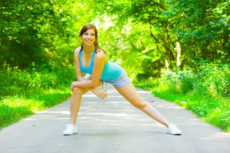 室外妇女锻炼年轻人 免版税库存照片