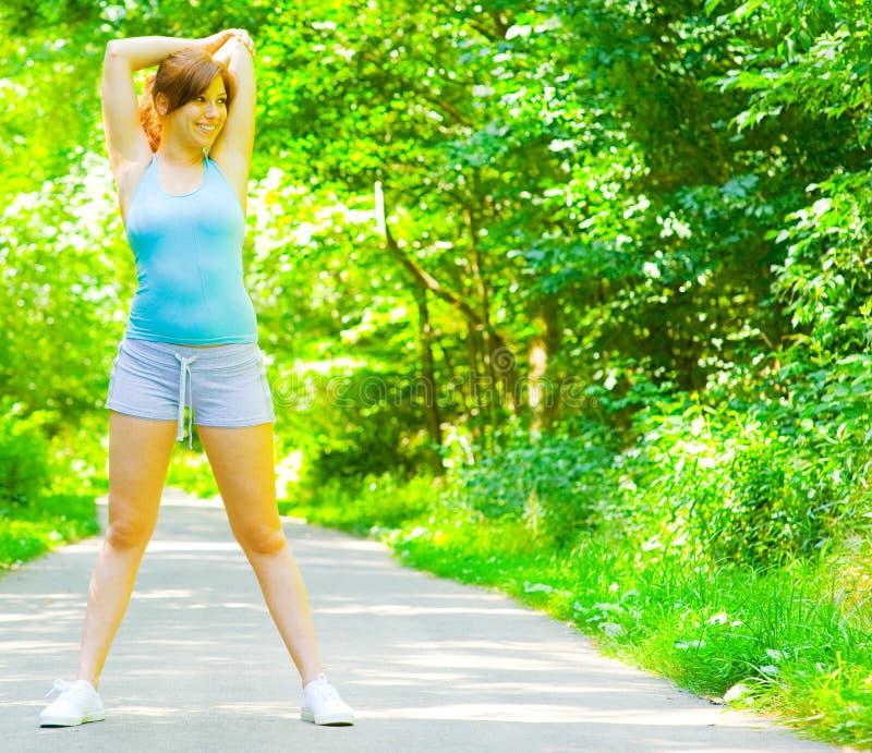室外妇女锻炼年轻人 库存图片