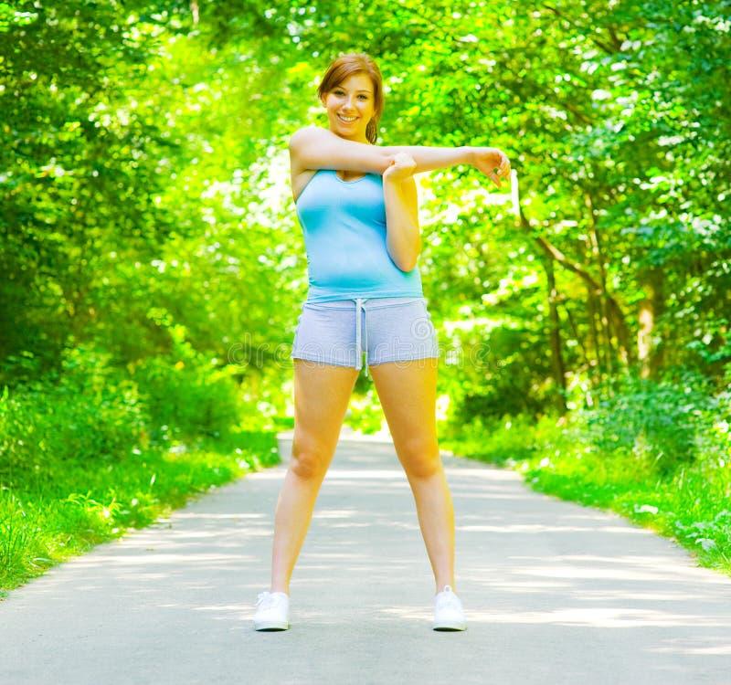 室外妇女锻炼年轻人 免版税库存图片