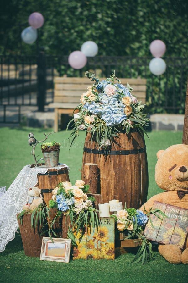 室外婚礼场面、桶和花 免版税图库摄影