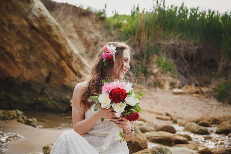 室外婚礼,关闭有花婚礼花束的时髦的新娘  免版税库存图片