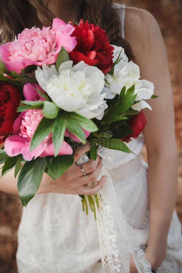 室外婚礼,关闭有花婚礼花束的时髦的新娘  库存照片