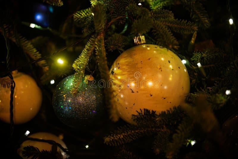室外寒假概念:以圣诞节葡萄酒树球的形式装饰品装饰 库存图片