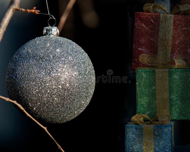 室外寒假概念:以圣诞节葡萄酒树球的形式装饰品装饰 库存照片