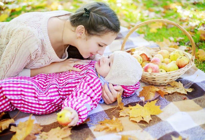 室外小的母亲 免版税库存图片