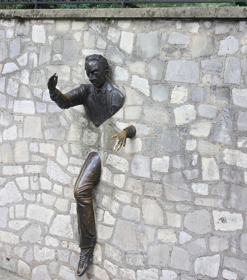 室外岩石墙壁雕塑,蒙马特,巴黎 库存照片