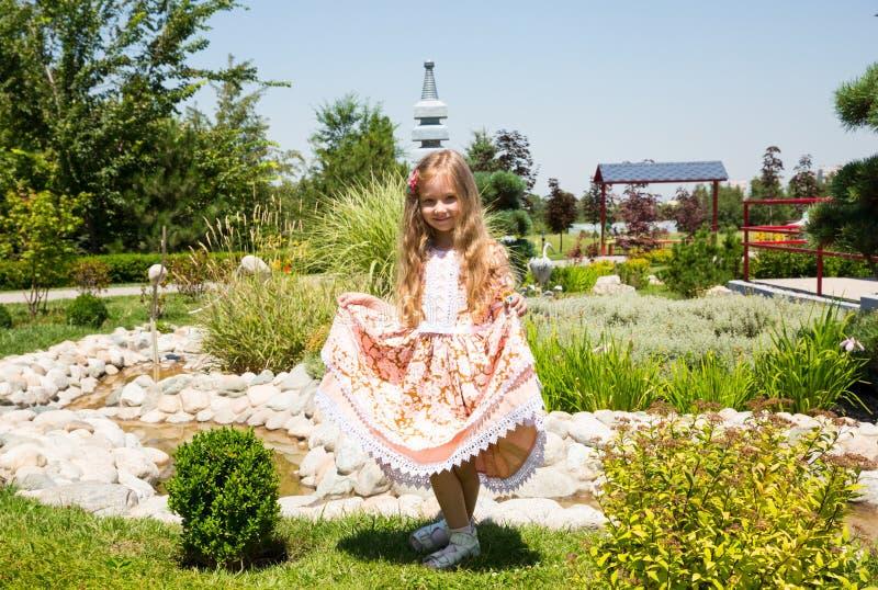 室外愉快的可爱的儿童的女孩画象  逗人喜爱的小孩在夏日 免版税库存照片