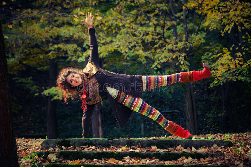 室外愉快的妇女实践的瑜伽 免版税图库摄影