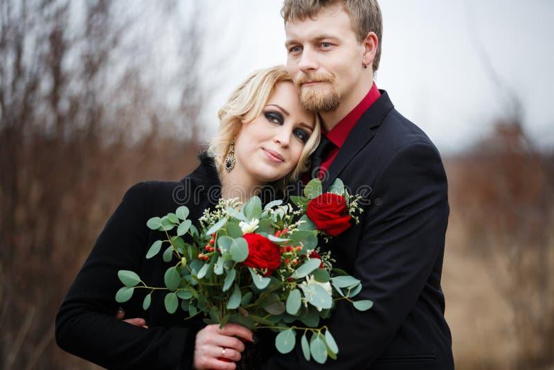 室外新娘的夫妇 库存图片