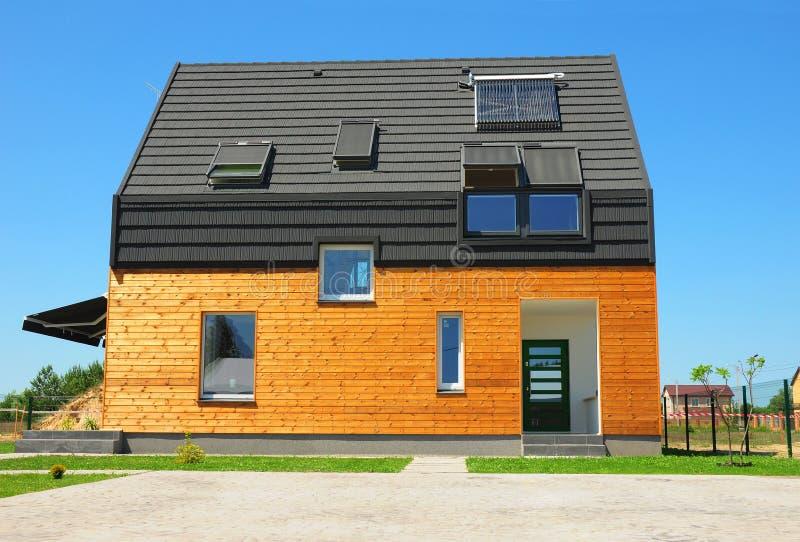 室外新的大厦议院节能解答的概念 太阳能,太阳水加热器,太阳电池板,天窗, Ventilat 图库摄影