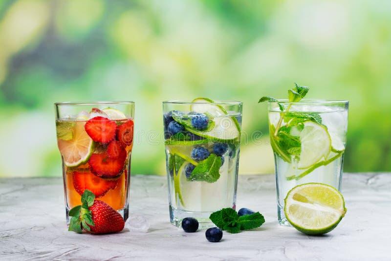 室外新鲜的夏天柠檬水的mojitos 免版税图库摄影