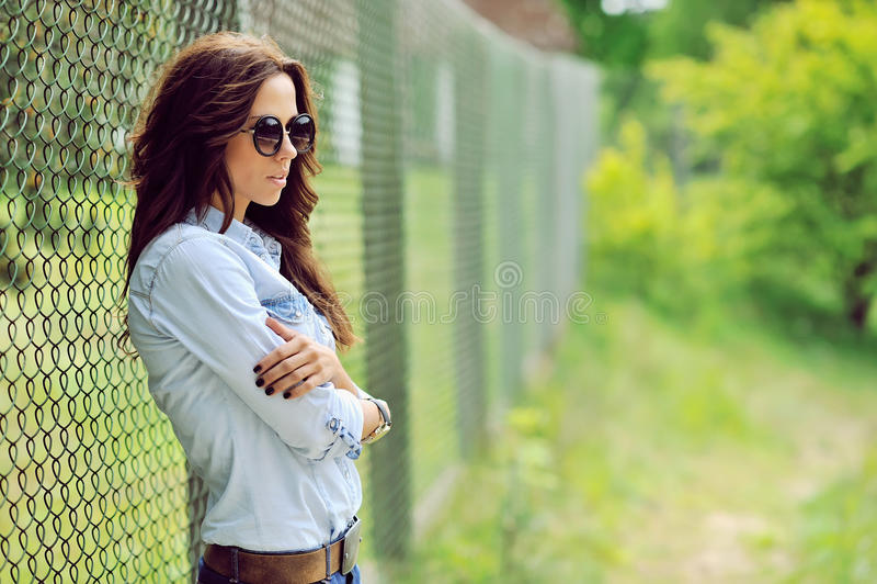 室外时尚女性式样的画象 免版税库存图片