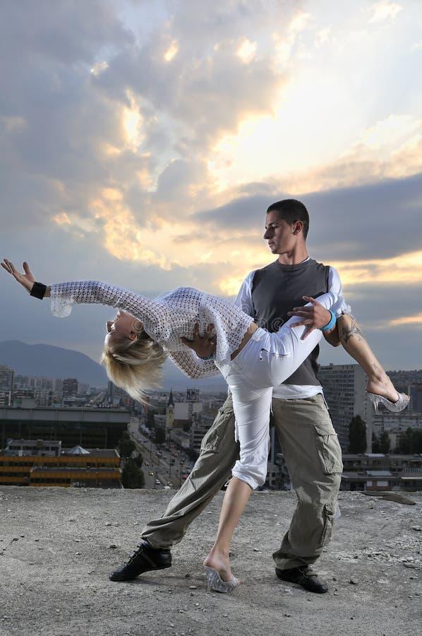 室外浪漫都市夫妇的跳舞 免版税库存照片